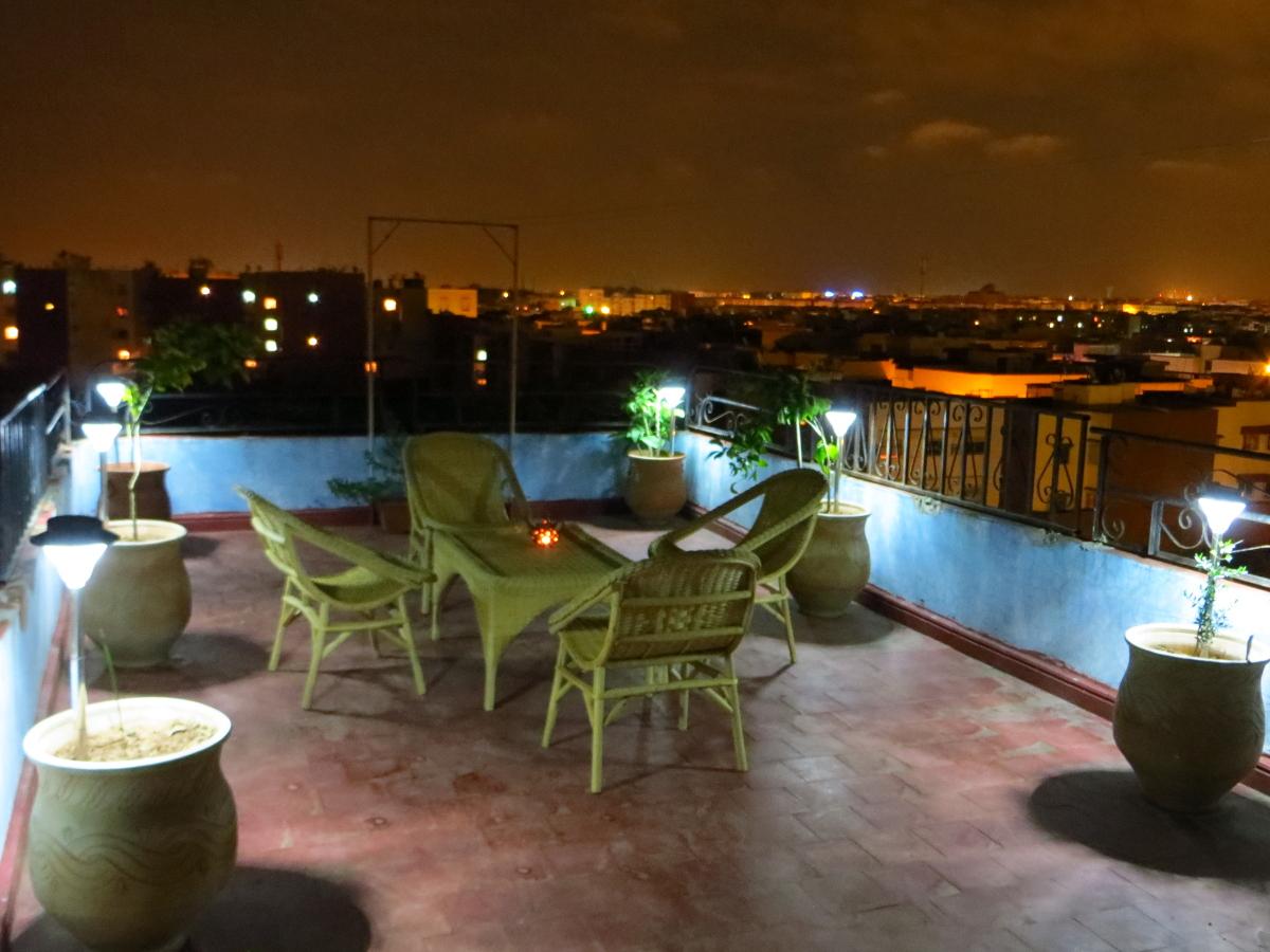 lampes solaires éclairant une terrasse